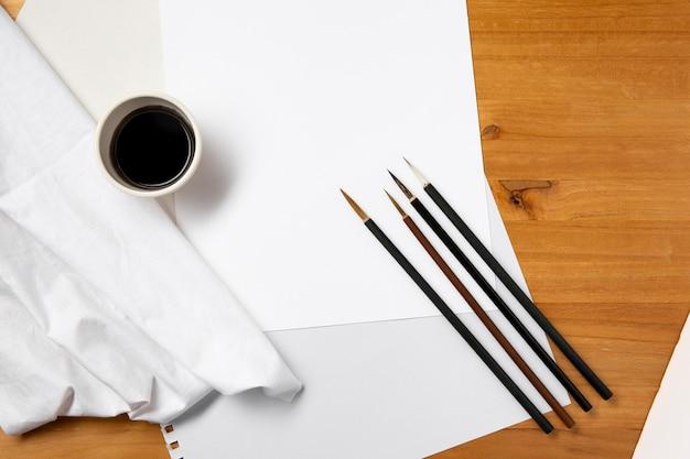 Bovenaanzicht verfborstels en inkt kopie ruimte Gratis Foto