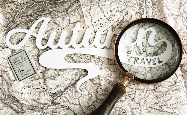 Bovenaanzicht vergrootglas op de kaart Gratis Foto