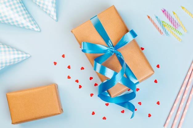 Bovenaanzicht verjaardag decoratie met cadeau en kaarsen Gratis Foto