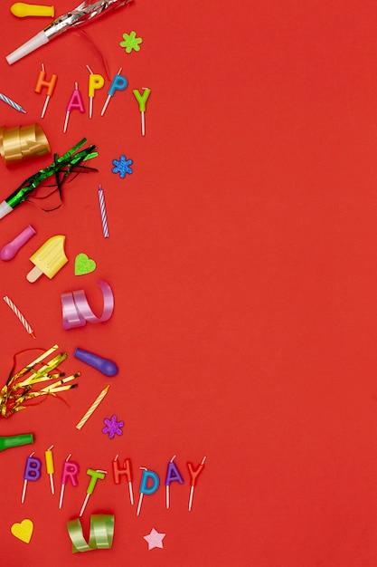 Bovenaanzicht verjaardag ornamenten op rode achtergrond Gratis Foto