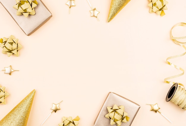 Bovenaanzicht verjaardagscadeau met lint frame Premium Foto