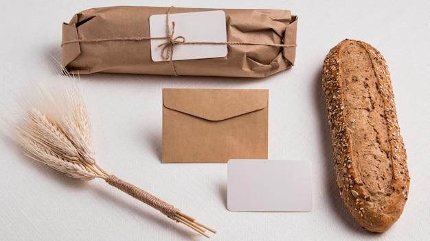 Bovenaanzicht verpakt brood met envelop met tarwe Gratis Foto