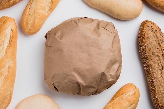 Bovenaanzicht verpakt brood met stokbrood Gratis Foto
