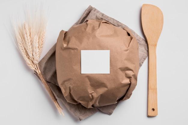 Bovenaanzicht verpakt rond brood met houten vork Gratis Foto