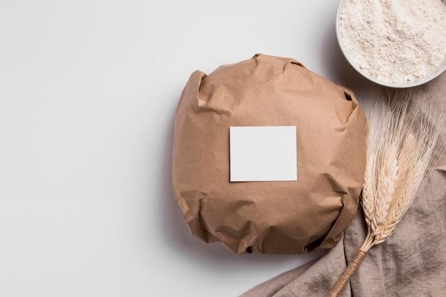 Bovenaanzicht verpakt rond brood met kopie ruimte Gratis Foto