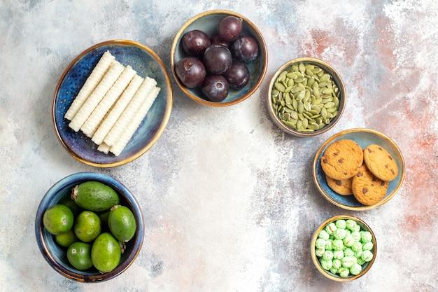 Bovenaanzicht vers fruit met koekjes en snoepjes Gratis Foto