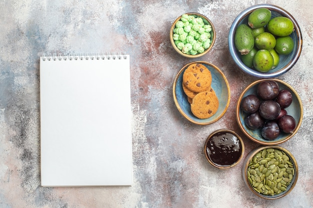 Bovenaanzicht vers fruit met koekjes Gratis Foto