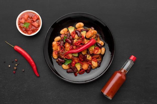 Bovenaanzicht vers mexicaans eten met chili Gratis Foto