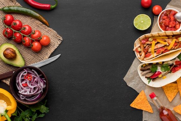Bovenaanzicht vers mexicaans eten met nacho's Gratis Foto
