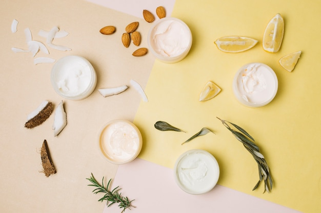 Bovenaanzicht verscheidenheid aan biologische producten Gratis Foto