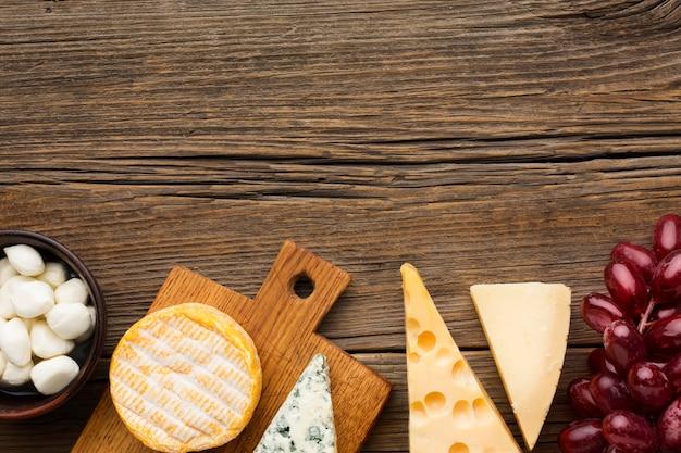 Bovenaanzicht verscheidenheid aan smakelijke kaas met kopie ruimte Gratis Foto