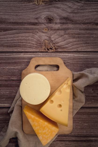 Bovenaanzicht verscheidenheid aan smakelijke kaas op de tafel Gratis Foto