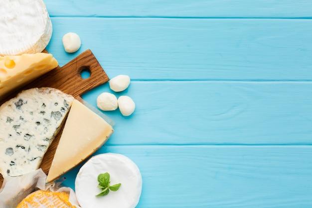 Bovenaanzicht verscheidenheid van kaas met kopie ruimte Gratis Foto