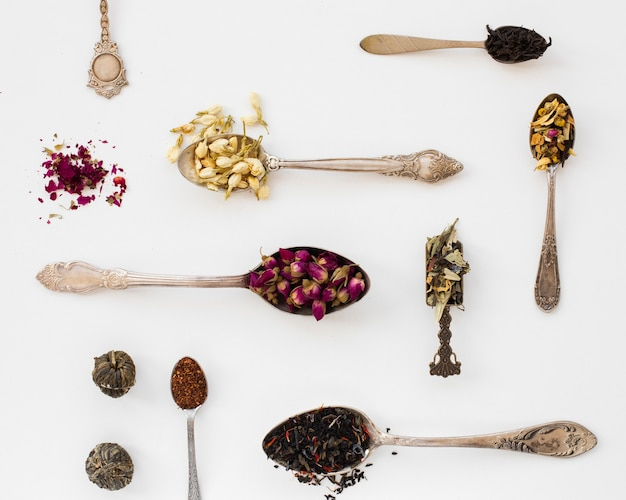 Bovenaanzicht verscheidenheid van lepel met kruiden Gratis Foto