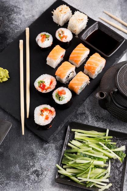 Bovenaanzicht verscheidenheid van sushi op plaat Gratis Foto