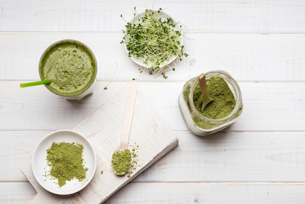 Bovenaanzicht verschillende groene pasta en vloeistof Gratis Foto