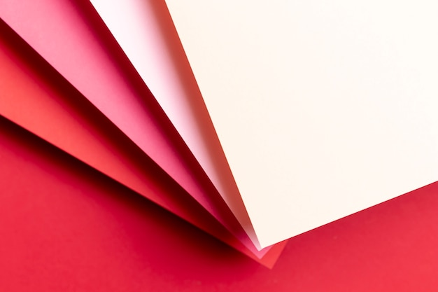 Bovenaanzicht verschillende tinten rood papier Gratis Foto