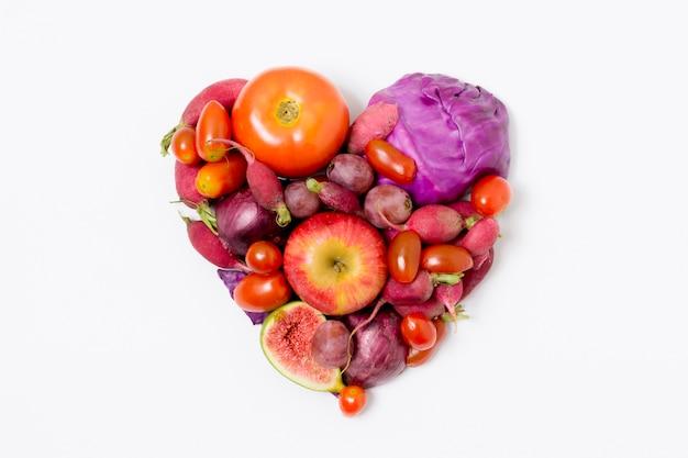 Bovenaanzicht verse groenten en fruit in hartvorm Gratis Foto