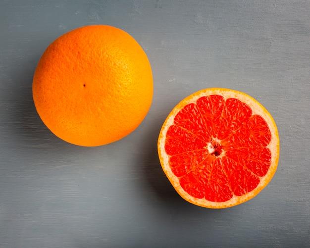Bovenaanzicht verse half gesneden grapefruit Gratis Foto