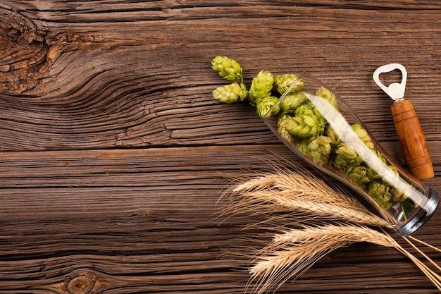 Bovenaanzicht verse hop in een bierglas Gratis Foto