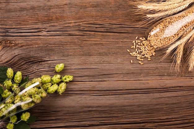 Bovenaanzicht verse hop in een bierglas Premium Foto