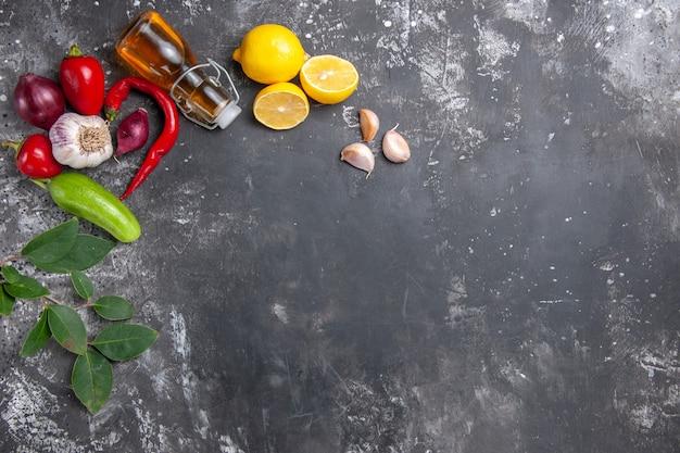 Bovenaanzicht verse ingrediënten olie knoflook citroen plakjes en andere producten Gratis Foto