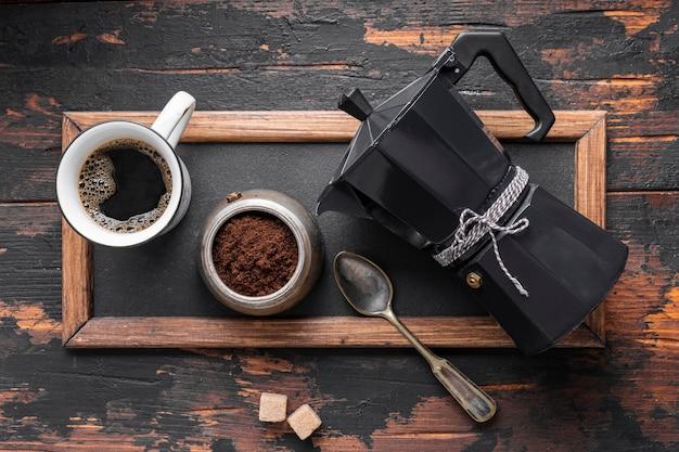Bovenaanzicht verse koffiekopje op de tafel Gratis Foto