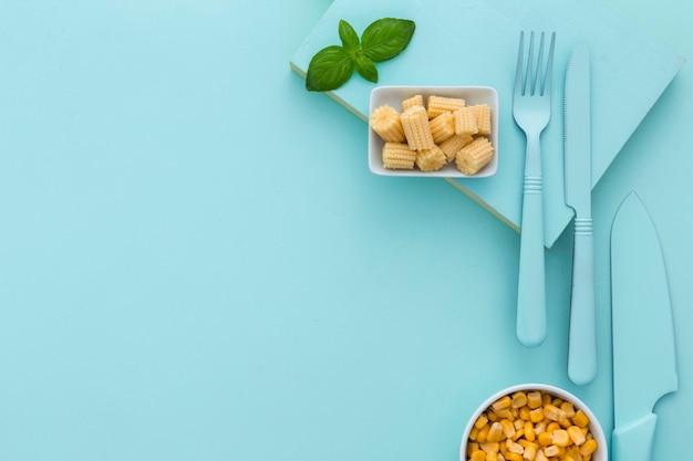Bovenaanzicht verse maïs en bestek met kopie ruimte Gratis Foto