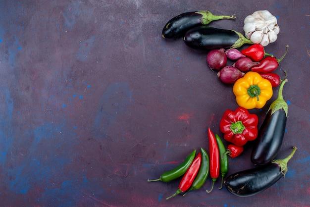 Bovenaanzicht verse rijpe groenten verspreid over de donkere achtergrond rijp fruit groente eten vers Gratis Foto
