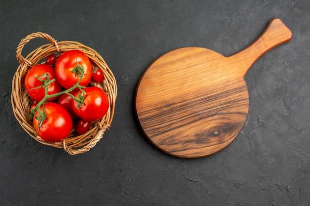 Bovenaanzicht verse rode tomaten in mand Gratis Foto
