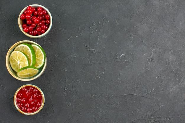 Bovenaanzicht verse schijfjes citroen met bessen Gratis Foto
