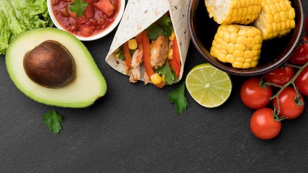 Bovenaanzicht verse tortilla wrap met avocado Gratis Foto