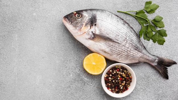 Bovenaanzicht verse vis met citroen Gratis Foto