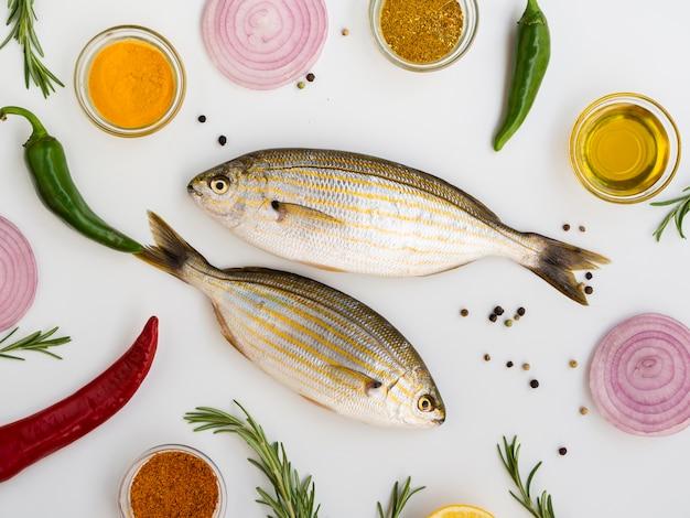 Bovenaanzicht verse vissen met kruiden Gratis Foto
