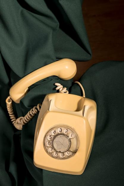 Bovenaanzicht vintage gele telefoon Gratis Foto