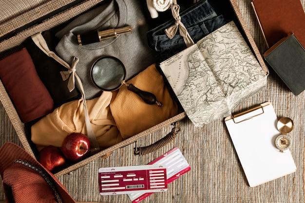 Bovenaanzicht vintage koffer met casual kleding Gratis Foto