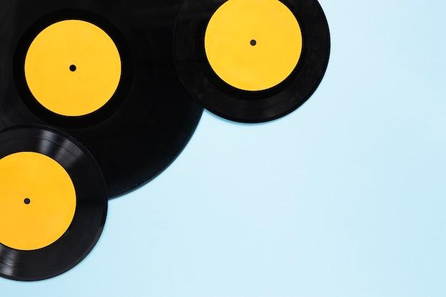 Bovenaanzicht vinyl schijven met blauwe achtergrond Gratis Foto