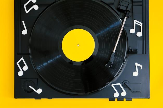 Bovenaanzicht vinylplaat in speler Gratis Foto
