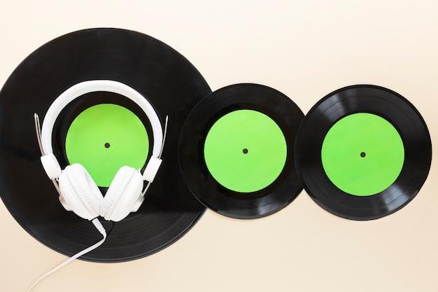Bovenaanzicht vinylschijven met headseat Gratis Foto