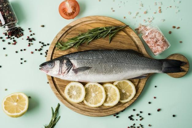 Bovenaanzicht vis met kruiden en citroen Gratis Foto