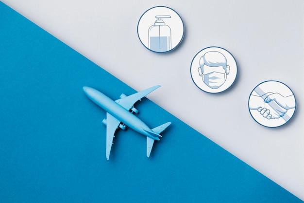 Bovenaanzicht vliegtuig met veiligheidsmaatregelen logo's Premium Foto