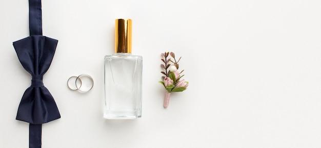 Bovenaanzicht vlinderdas en parfum bruiloft concept Premium Foto