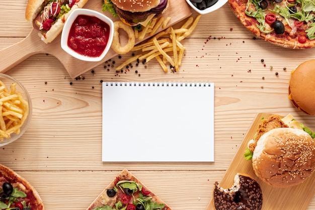 Bovenaanzicht voedselassortiment met laptop Gratis Foto