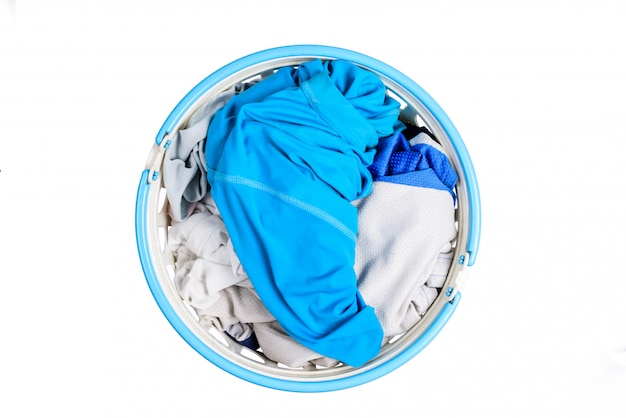 Bovenaanzicht voor stapel van kleding in witte plastic manden Premium Foto