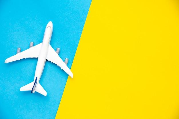 Bovenaanzicht voor vliegtuigmodellen op een kleurrijke achtergrond. Premium Foto