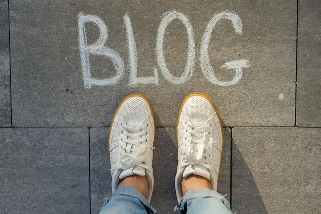 Bovenaanzicht, vrouwelijke voeten met tekst blog Premium Foto