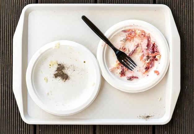 Bovenaanzicht vuile borden met bestek Gratis Foto