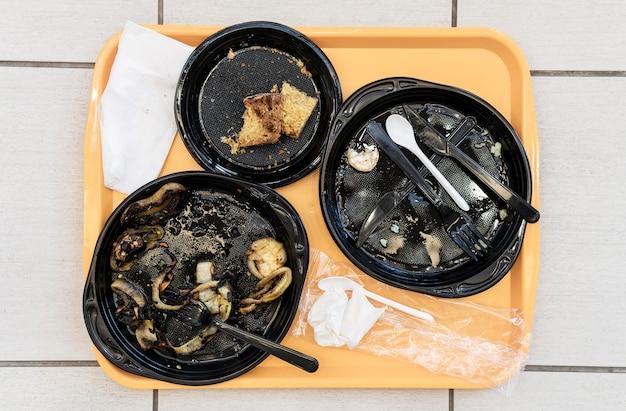 Bovenaanzicht vuile borden met etensresten Gratis Foto