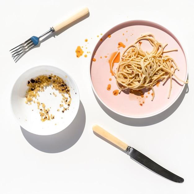 Bovenaanzicht vuile vaat met etensresten Gratis Foto