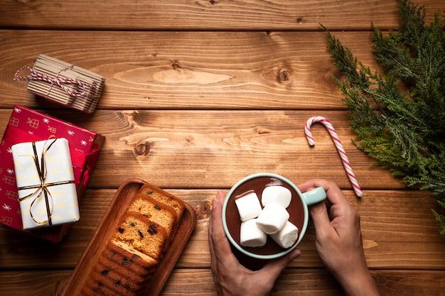 Bovenaanzicht warme chocolademelk met cake Gratis Foto